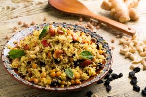 Rosinen-Reissalat mit Mandeln, Cashewkernen und Kichererbsen