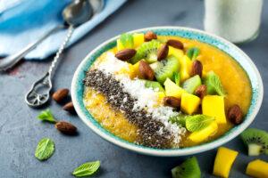 Smoothie Bowl mit Mango, Kiwi, Chia, Mandeln und Kokos