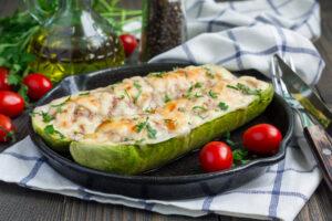 Zucchini gefüllt mit Champignons und Käse