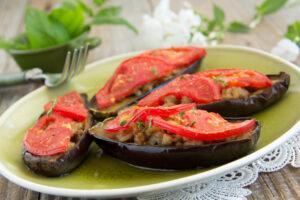 Aubergine gefüllt mit Hackfleisch, Tomaten und Rosinen