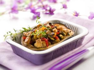 Aubergine gefüllt mit Tofu, Zucchini und Paprika