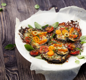 Überbackene Aubergine mit Mozzarella und Tomaten
