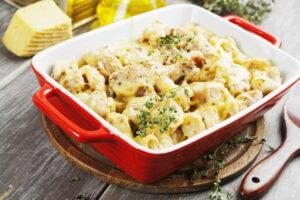 Auflauf mit Hackfleisch, Kartoffelbrei und Blumenkohl