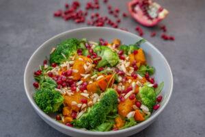 Brokkoli mit Kürbis, Granatapfel und Mandelsplitter