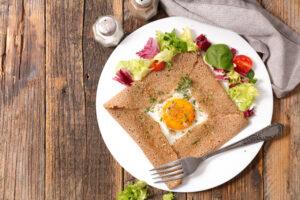 Buchweizen-Crepe mit Ei, Parmesan und Salat