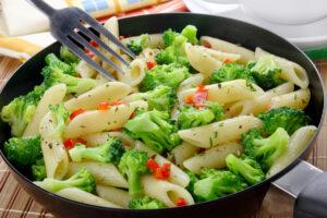 Buchweizennudeln mit Brokkoli und Pepperoni