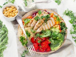 Buddha-Bowl mit Brokkoli, Quinoa, Hähnchen und Joghurt-Dip