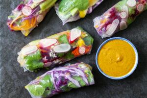 Bunte Summer Rolls mit fruchtigem Currydip