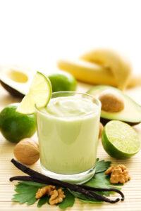 Chiasamen-Shake mit Avocado, Banane und Joghurt