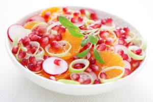 Chicoree-Salat mit Granatapfel, Orangen und Radieschen