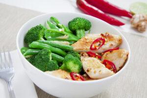 Chilipute mit grünem Gemüse, Mandeln und Limettenabrieb