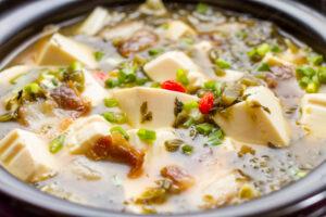 Chinesische Tofu-Suppe mit Gemüse