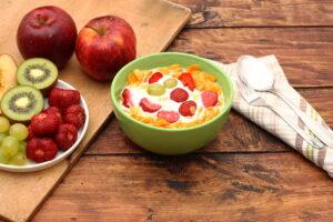 Cornflakes mit Erdbeeren, Weintrauben, Kiwi und Apfel