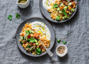 Couscous mit Kichererbsen, Gurkensalat und Sesamjoghurt
