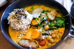 Curryeintopf mit Kichererbsen, Spinat, Reis und Sesam