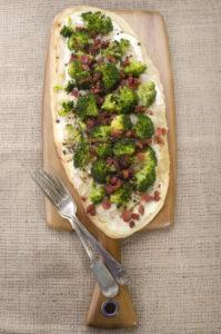 Dinkel-Flammkuchen mit Räuchertofu und Brokkoli