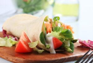 Wrap mit Lachs, Tomate, Gurke und Salat