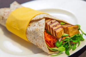 Wrap mit mariniertem Tofu, Möhre, Gurke und Tomate
