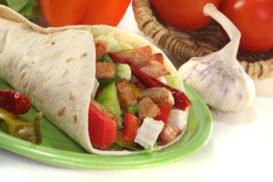 Wrap mit Putenfleisch, Tomaten, Gurke und Feta