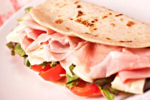 Dinkel-Wrap mit Schinken, Salat und Tomaten