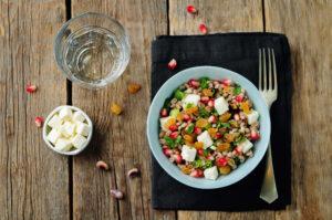 Dinkelsalat mit Granatapfelkernen, Rosinen und Feta