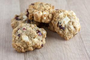 Eiweiß-Cranberrie-Kekse mit Haferflocken und weißer Schokolade