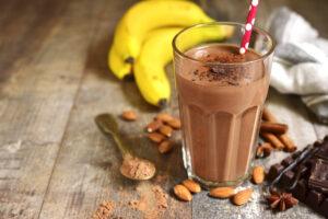 Milchshake mit Banane, Mandeln und Kakao
