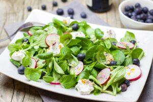 Ziegenkäse-Feldsalat mit Blaubeeren