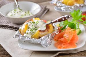 Folienkartoffel mit Kräuterquark und Lachs