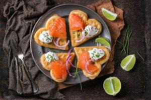 Frühstückswaffeln mit Lachs und Kräuter-Dip