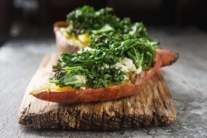 Gebackene Süßkartoffeln mit Grünkohl und Käse