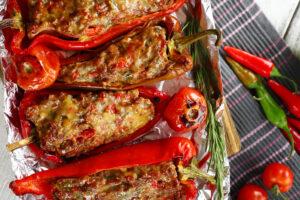 Gefüllte Paprika mit Feta, Tomaten und Peperoni