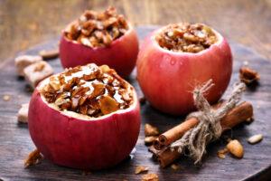 Gefüllter Apfel mit gerösteten Mandeln und Zimt