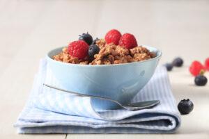 Granola aus Walnüssen und Kernen mit Schoko-Eiweißmilch