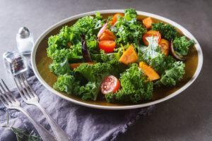 Grünkohl-Salat mit Süßkartoffeln und Tomaten