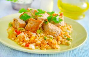 Hähnchenfilet mit Curryreis, Paprika und Erbsen