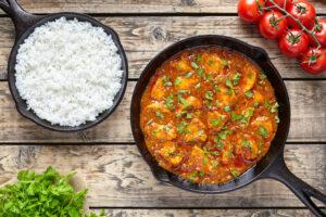 Hähnchenfleisch in Tomatensauce mit Petersilie und Reis