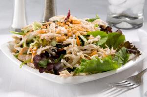 Hähnchensalat mit Karotten, Kürbis und Erdnüssen