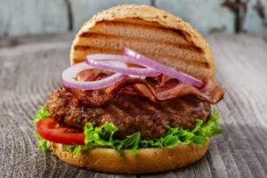Hamburger mit Bacon und Zwiebelringen