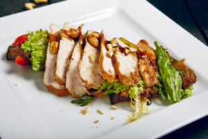Hühnerfilet mit Thai-Auberginensalat und Chili