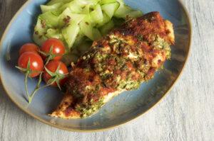 Huhn mit Feta-Rucola-Kruste und Gurkensalat