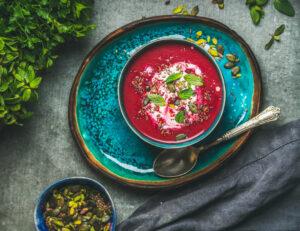 Rote Bete Suppe mit Minzblättern