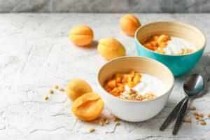 Joghurt mit Aprikosen und Müsli
