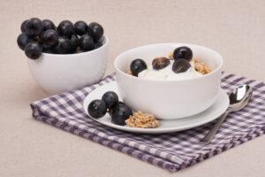 Joghurt mit Banane, Trauben und Haferflocken