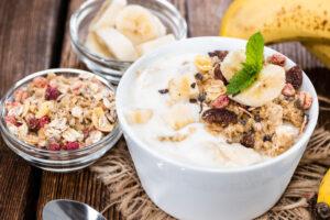 Joghurt mit Banane und Hirseflocken