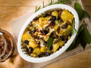 Kartoffelauflauf mit getrockneten Tomaten und Oliven