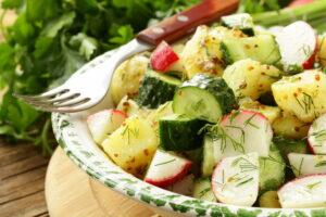 Kartoffelsalat mit Gurken, Radieschen und Dill