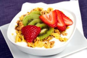 Knuspermüsli mit Erdbeeren, Kiwi und Cornflakes