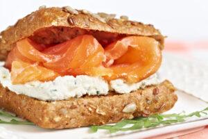 Eiweiß-Toastbrötchen mit Lachs und Kräuterquark – Low-Carb