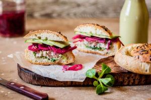 Thunfischcreme-Brötchen mit rote Bete und Salat
